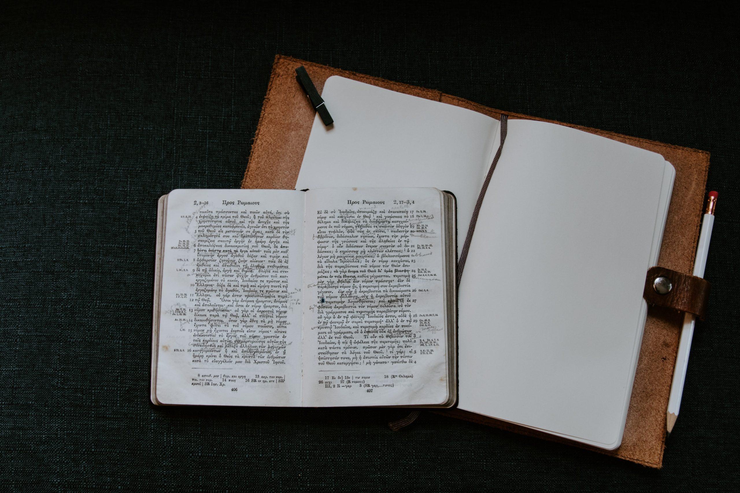 livro e caderno em branco ao lado